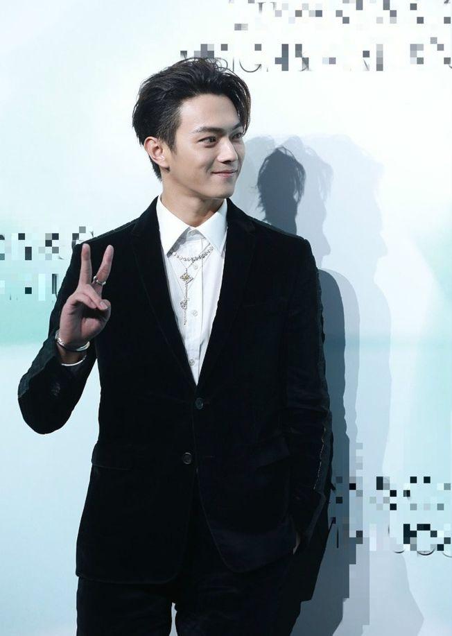 中國演員許凱不敢找偶像鞏俐合影,被網友調侃。(取材自鳳凰網)