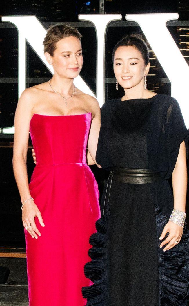 中國女星鞏俐(右)與好萊塢演員布麗拉森(左)同台出席活動。(取材自鳳凰網)