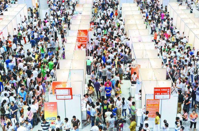 參加就業博覽會的中國學生。 (美聯社)