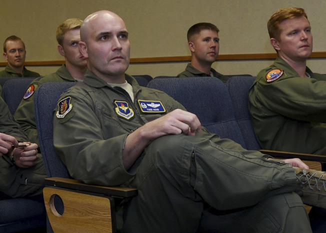 任職聯邦快遞的前美國空軍機師霍恩(前)遭中國當局逮捕,被控非法運送彈藥。(美聯社)