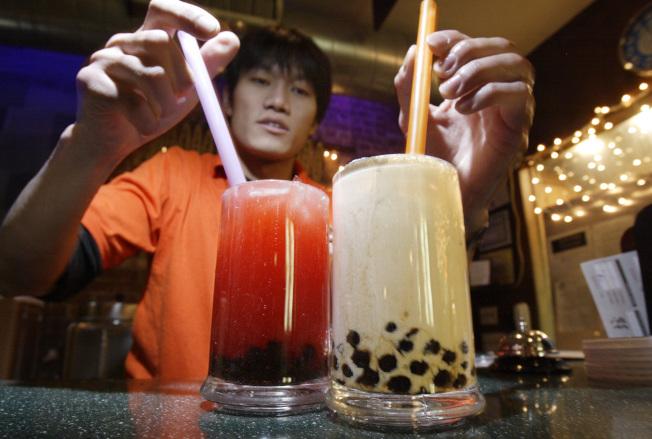珍珠奶茶在日本大受年輕人青睞,連帶使台灣製的珍珠粉圓進口量大增。   美聯社