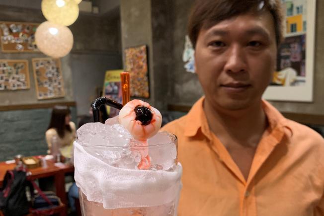 香港餐廳老闆馬先生由反送中抗議發想創意菜單,圖為以眼還眼無酒精雞尾酒。(路透)