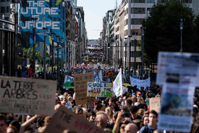 比利時布魯塞爾1萬5000人上街遊行,響應罷工罷課抗暖化。(Getty Images)