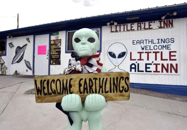 汽車旅館兼餐廳A'Le'Inn會在20日舉辦Alienstock嘉年華,圖為店外外星人迎賓雕像。(法新社)