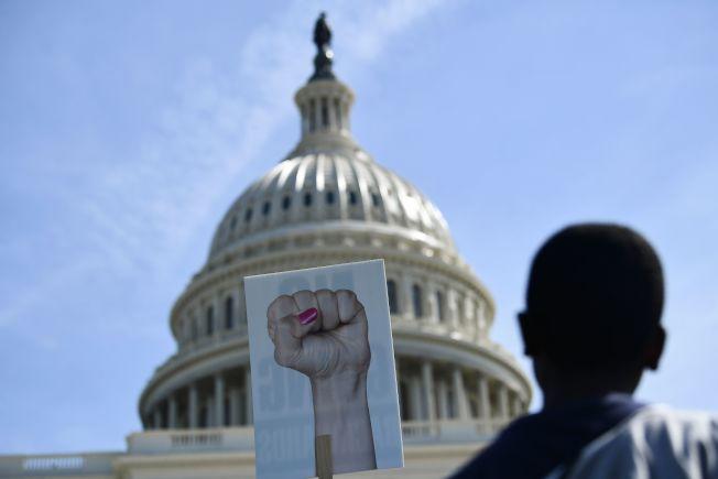氣候變遷活動的響應群眾站在華府國會山前。(Getty Images)
