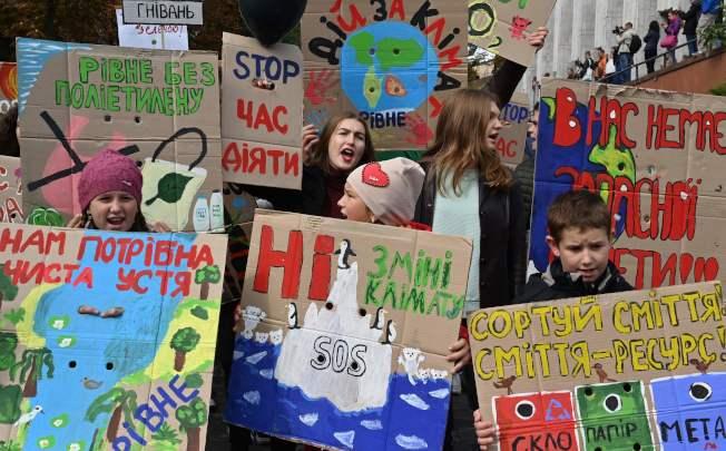 在烏克蘭基輔(Kiev),學校組織學生參加抗議氣候變遷活動。(Getty Images)