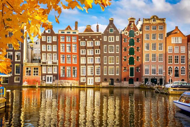 阿姆斯特丹運河兩岸的房屋非常具有特色,充滿歐式建築的古典傳統美,讓您大開眼界。
