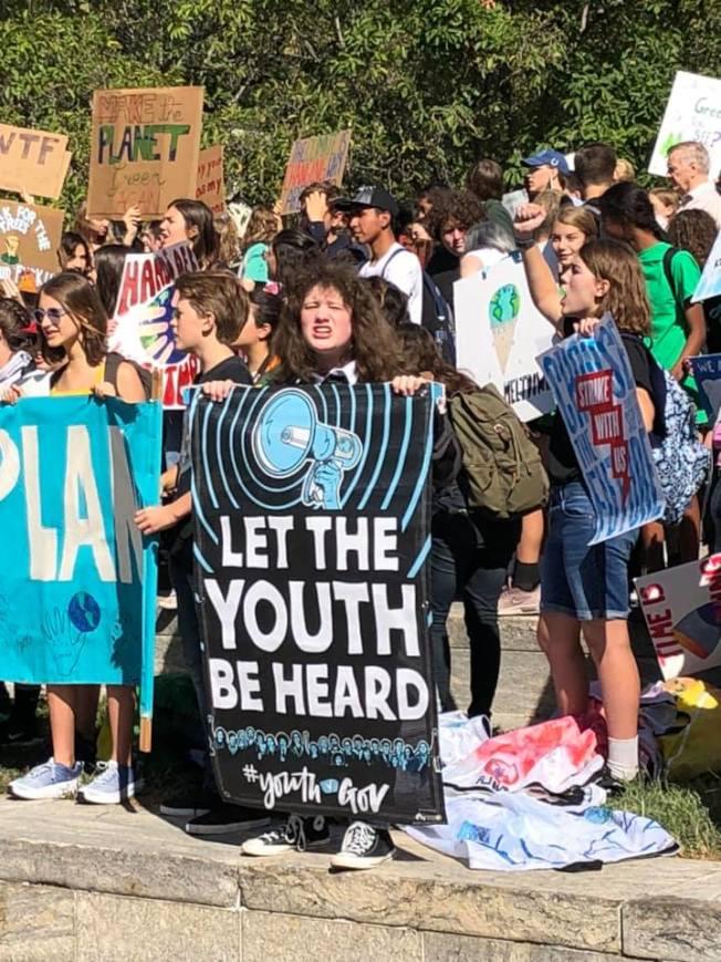 大華府地區的眾多學生罷課抗議,表示氣候變化奪走了他們的未來,高喊「若無未來何需上課」。(取自臉書)