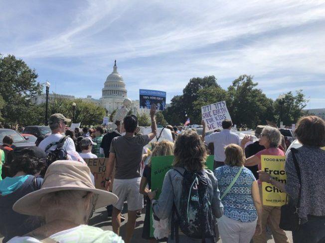 華盛頓特區的抗議團體和學生20日在白宮、新聞博物館等多個地點聚集,遊行至國會山莊,呼籲美國停止使用石化燃料。(取自WTOP)