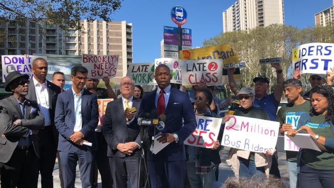 多名民選官員和民眾集會,反對MTA縮減布碌崙的公車服務。(記者顏潔恩/攝影)