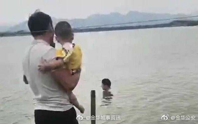 特警一手抱娃一手救人。(取材自微博)