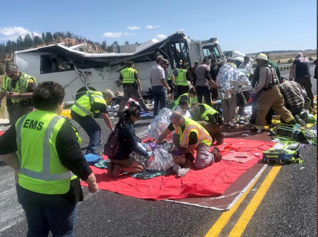 警方及緊急救護人員趕到現場,搶救傷者。(美聯社)