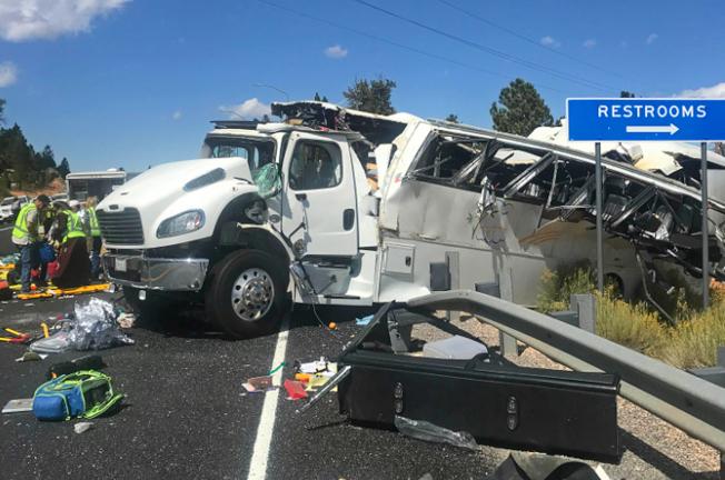 滿載中國旅遊團的巴士撞到高速公路護欄後,面目全非,車上乘客至少四人死亡,十餘人輕重傷。(美聯社)