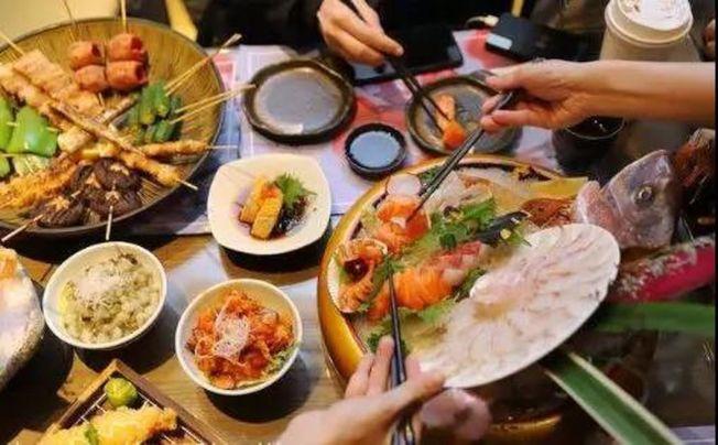 重慶的孔女士請客吃自助餐,一群人大吃特吃,沒想到結帳價格竟寫著1萬4535元。(取材自北青網)