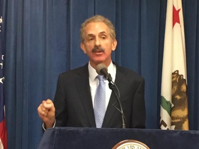 洛市檢察長Mike Feuer呼籲社會關注電子菸危害年輕人的問題。(記者楊青/攝影)