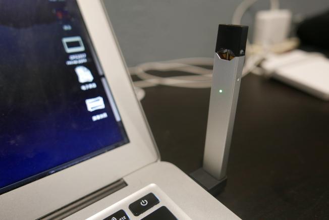 電子菸Juul的產品設計非常酷,能磁吸在電腦上,有各種口味且很便宜,迅速風靡全美。(記者李雪/攝影)