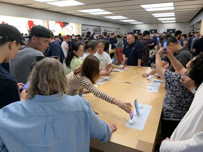 iPhone 11系列20日正式開賣,也首度在實體店面展示新手機,吸引不少民眾前往。(記者林亞歆/攝影)