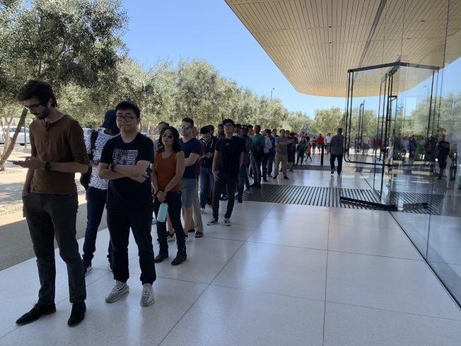 位於蘋果太空船園區的遊客中心20日未開放現場販售手機,僅提供取貨,直到中午店外仍排了長長人龍等著領貨。(記者林亞歆/攝影)