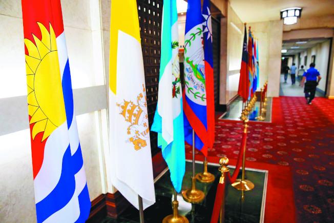 大陸媒體點名南太平洋還有四國尚未與中國建交。外交部長吳釗燮20日宣布與吉里巴斯斷交時,外交部大廳仍豎立著吉里巴斯(左一)的國旗。(本報係資料照片)