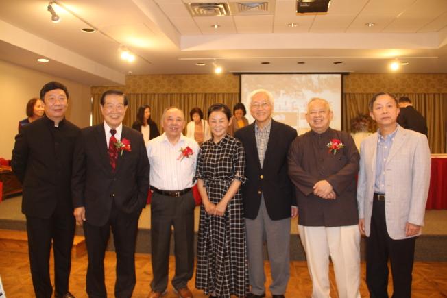 紐約中華文化交流協會副會長楊思勝(右二)及顧問胡西林(右一)歷時一年半籌備展覽。(記者賴蕙榆/攝影)