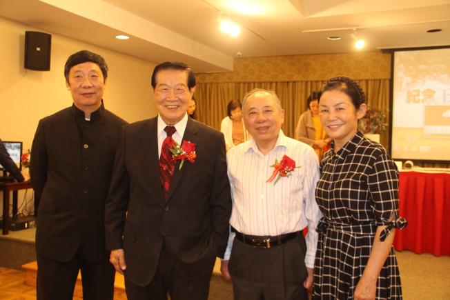 神探李昌鈺(左二)及其夫人蔣霞萍(右一)也到場送上祝福。(記者賴蕙榆/攝影)
