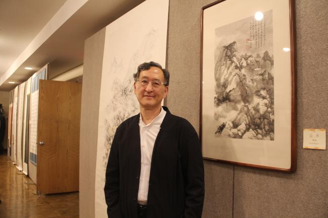 藝術家張洪帶來兩幅作品,右圖是他與王己千一起登黃山後的師徒共同創作。(記者賴蕙榆/攝影)