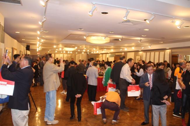 「紀念王己千、張隆延暨師友書畫展」20日開幕,吸引大批民眾到場參觀。(記者賴蕙榆/攝影)