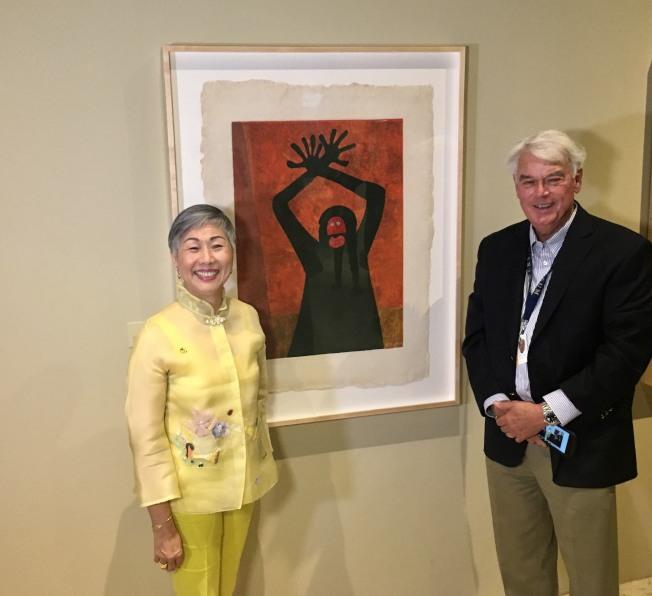 寶爾博物館董事長施劉秀芝,館長Keller 與收藏塔馬約作品前合影。(記者尚穎/攝影)