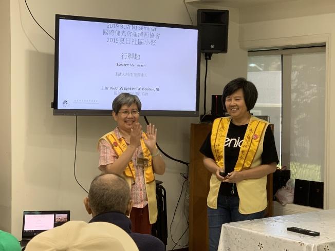 紐澤西協會會長陳宜文(左)感謝熊佳(右)師姐的分享,也鼓勵大家讀萬卷書,行萬里路,享受行腳趣,叮嚀外出旅遊要快快樂樂出門,平平安安回家。拍攝者: 蔣本澎