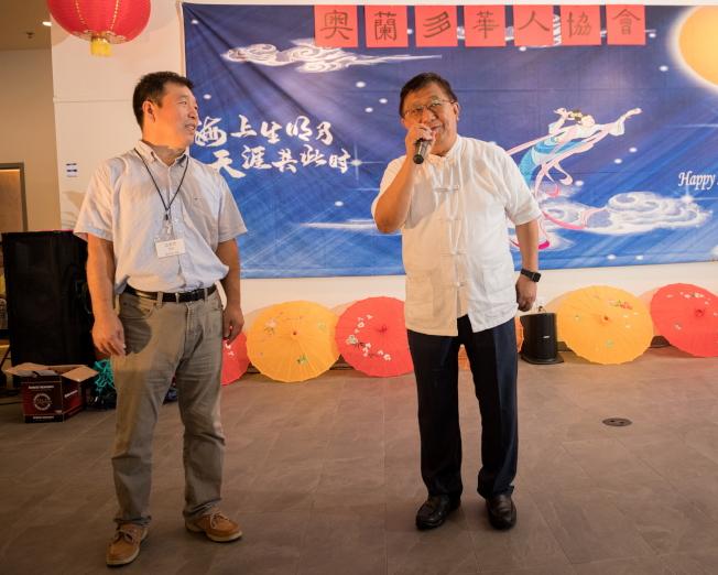 奧蘭多華人協會中秋聯歡會,贊助場地的第一銀行總經理高健智向與會者賀節。(朱志凌提供)
