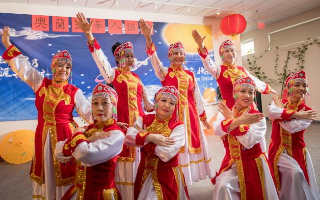 奧蘭多華人協會中秋聯歡會節目之一,藝術團表演民族舞蹈。(朱志凌提供)