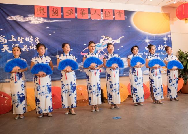 奧蘭多華人協會中秋聯歡會節目之一,該會藝術團表演旗袍羽扇舞。(朱志凌提供)