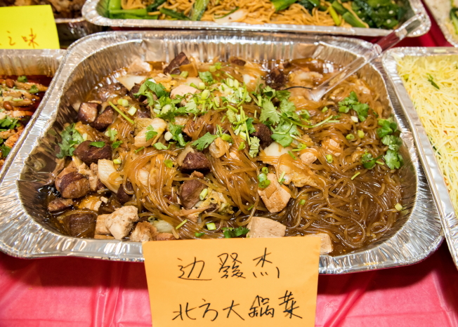 奧蘭多華協會長邊發傑也烹煮美食北方大鍋菜分享。(朱志凌提供)