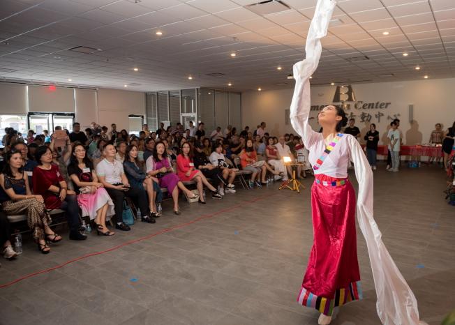 奧蘭多華人協會中秋聯歡會節目之一,唐曉鈺表演藏族舞蹈。(朱志凌提供)
