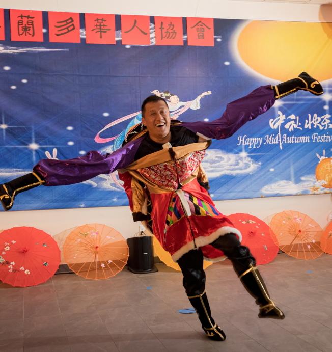 奧蘭多華人協會中秋聯歡會節目之一,魏久峰演出雜技。(朱志凌提供)