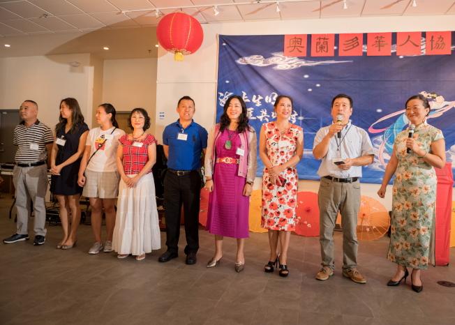 奧蘭多華人協會中秋聯歡會,會長邊發傑(右二)介紹該會幹部和理事。右五理事長魏久峰,右一主持人、副會長薛蔚。(朱志凌提供)