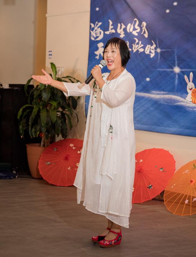 奧蘭多華人協會中秋聯歡會節目之一,聲樂教授周秋雨歌唱。(朱志凌提供)