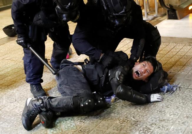 反修例風波至今超過100天,逾1400名人士被捕,國際特赦組織調查發現,被捕人士曾遭酷刑和虐待。圖為港警8月31日逮捕一名示威者。(路透)