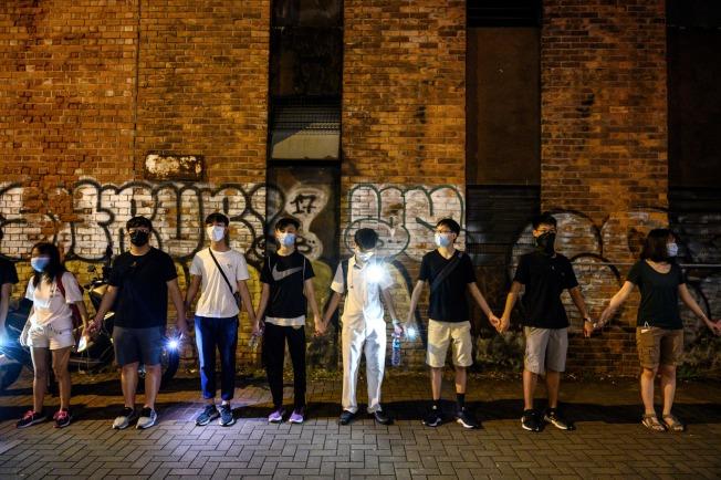 荃灣區及葵青區10多所學校20日組成「聯校人鏈」,高唱香港之歌《願榮光歸香港》,要求港府交代8月31日警察闖入港鐵太子站無差別毆人真相。(Getty Images)
