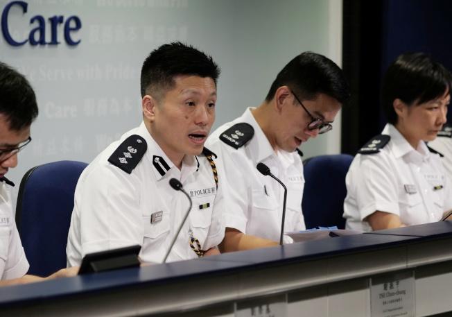 總警司謝振中(右三)強調警方已經展現克制,不同意國際特赦組織的指控。(新華社)