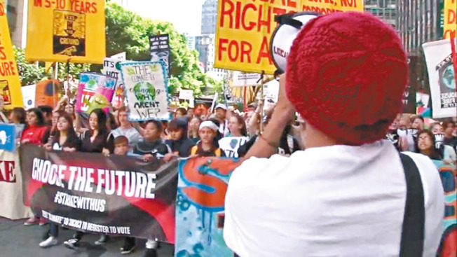 數千名灣區學生走出校園遊行,呼籲社會正視氣候變遷問題。(電視新聞截圖)