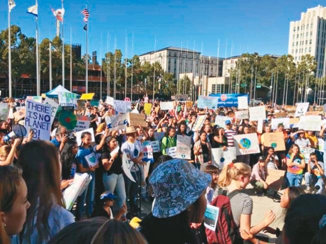 南灣眾多民眾聚集於聖荷西廣場,響應桑伯格的號召,希望政府能正視環境問題。(記者林亞歆╱攝影)