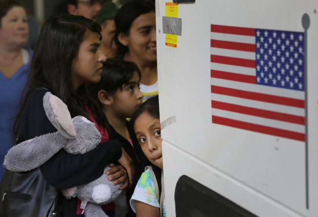 無證進入美國的薩爾瓦多人被集中拘留在德州聖安東尼奧的家庭拘留中心。(美聯社)
