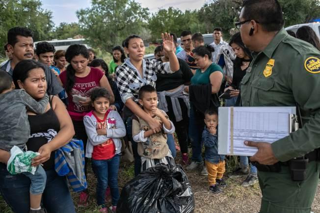 美國邊境巡邏隊員今年7月間在德州格蘭河邊遇到一群無證入境的薩爾瓦多人,他們確定進入美國後,即向邊界巡邏隊員自首。(Getty Images)