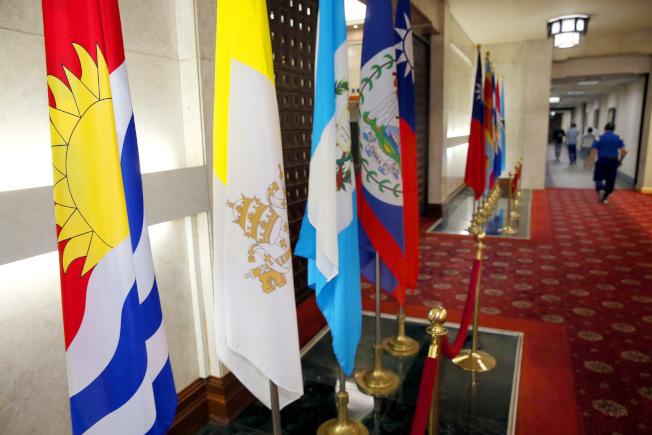 外交部長吳釗燮宣布台灣與吉里巴斯斷交,吉里巴斯共和國國旗(左一)仍和僅存的15個邦交國國旗立在外交部大廳。(記者曾吉松/攝影)