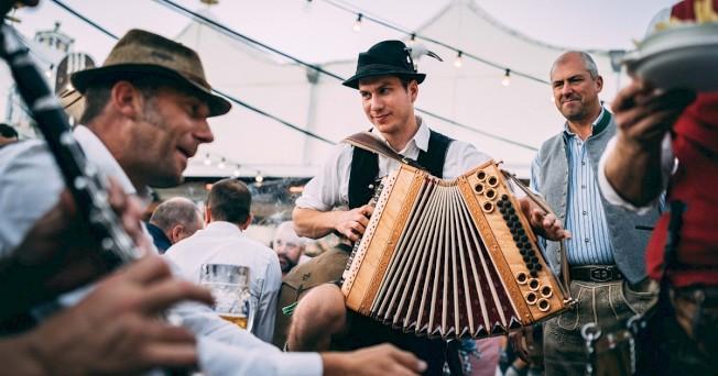 「十月節」幾乎每個周末都有活動,歌唱、音樂、民俗舞蹈表演。(取自「十月節」官網)
