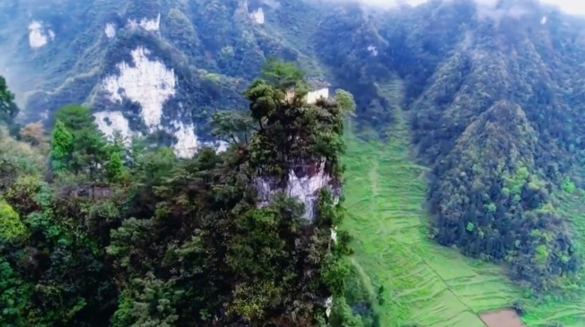 中國貴州省五峰嶺有著一間數百年前就已經蓋成的土地公廟,占地不超過6平方公尺,就蓋在狹窄的絕壁頂峰之上。相傳是居民為求風調雨順大豐收,將建材「肩挑背扛」送到山頂,再一磚一瓦地慢慢修建而成。(路透)