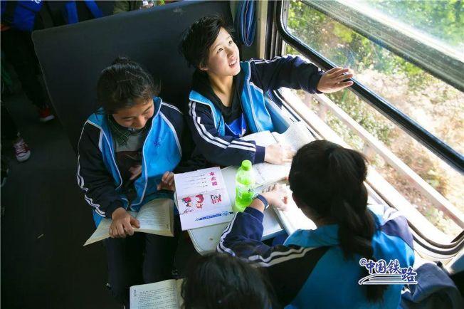 孩子們正在車上做作業。(取材自中國鐵路微信公眾號)