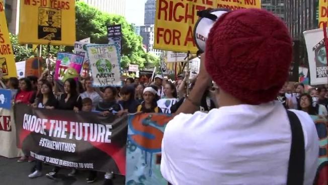 33--數千名灣區學生走出校園遊行,呼籲社會正視氣候變遷問題。(電視新聞截圖)