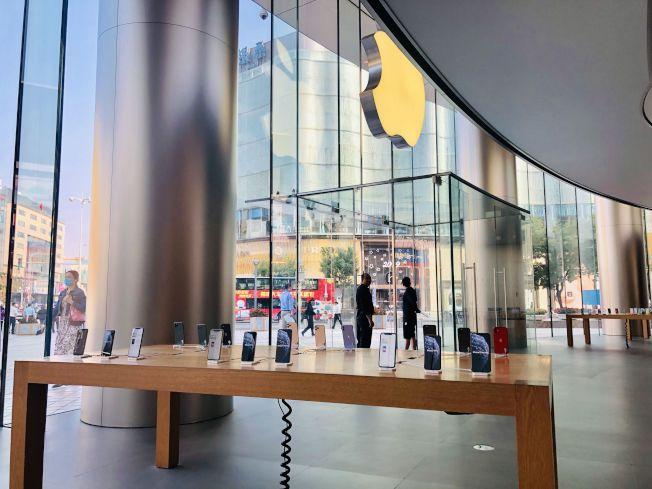 蘋果新機在中國正式發售,由於採預約制,蘋果門店並未出現以往大排長龍的景象,圖為北京市王府井大街的門店。(取材自新京報)